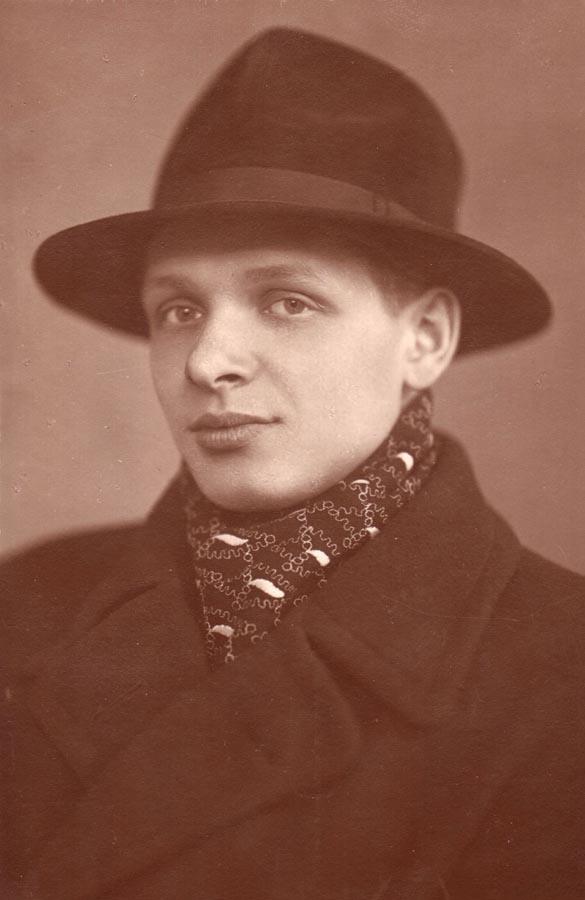 В 1949 году Эдуард приехал в Ленинград и поступил в полиграфический техникум, окончил его, работал н