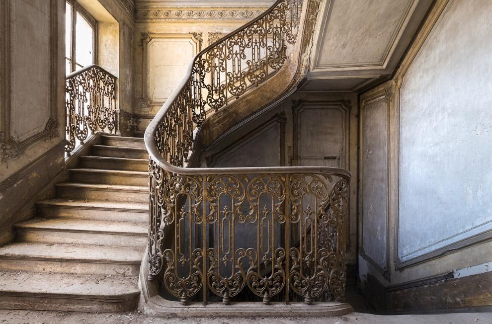 4. Винтовые лестницы в башнях средневековых за?мков строились таким образом, чтобы подъём по