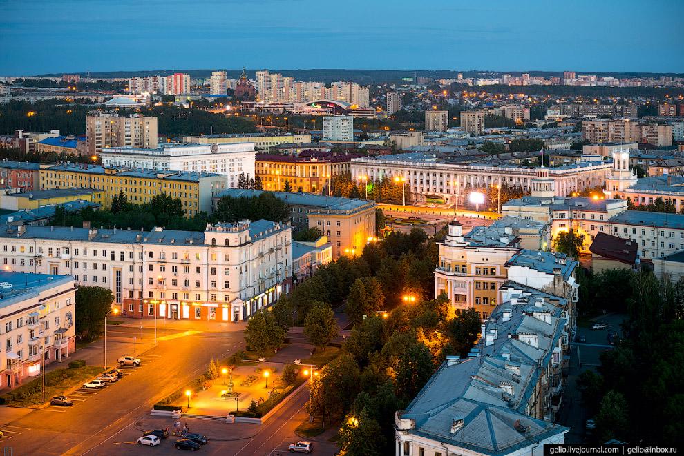 3. Главная площадь города — площадь Советов. По её периметру компактно расположены органы власти (об