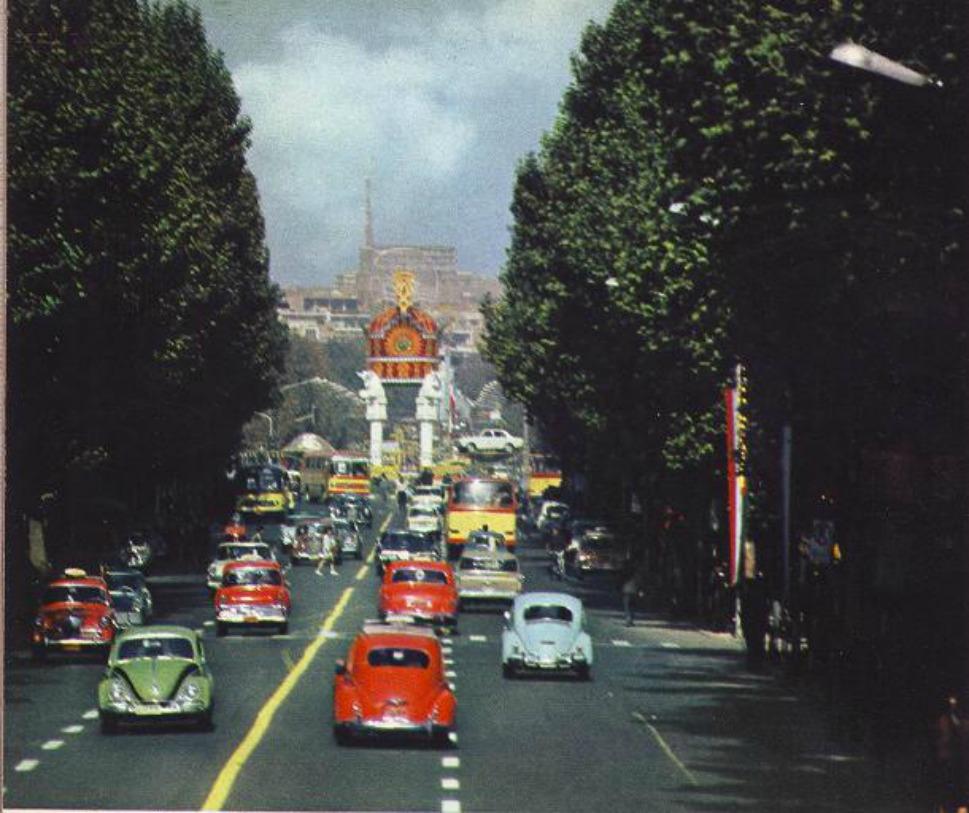 7. Улица Вали-Аср, которая раньше называлась улицей Пахлеви в честь правящей династии, в 1960 году.