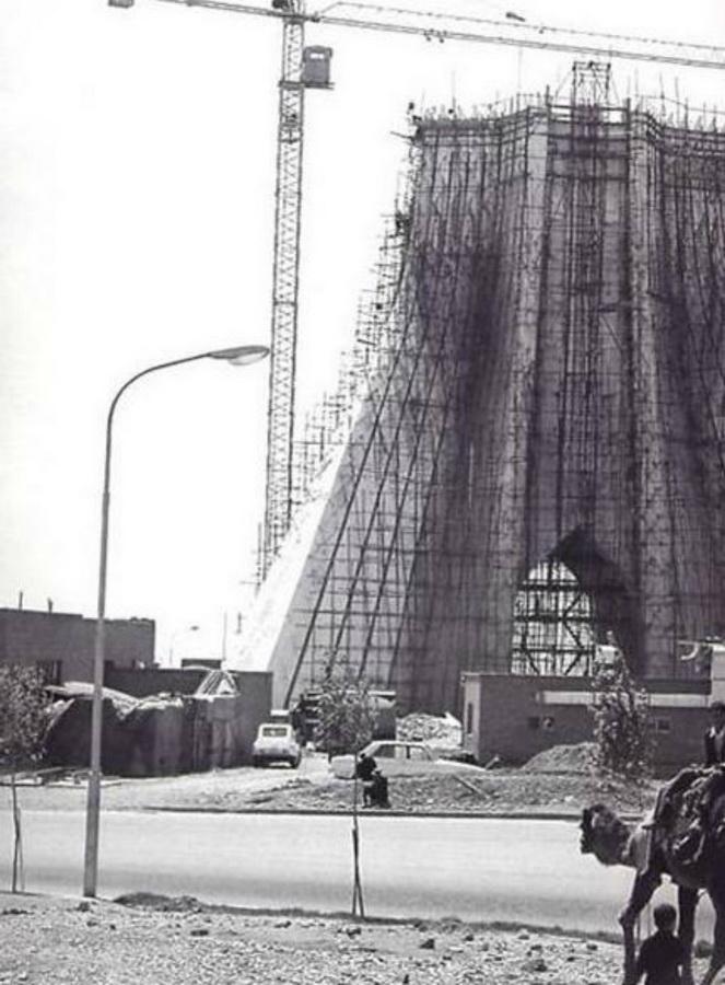 11. Башня памяти царей в Тегеране (в 1979 году была переименована в Башню Свободы, или Башню Азади)