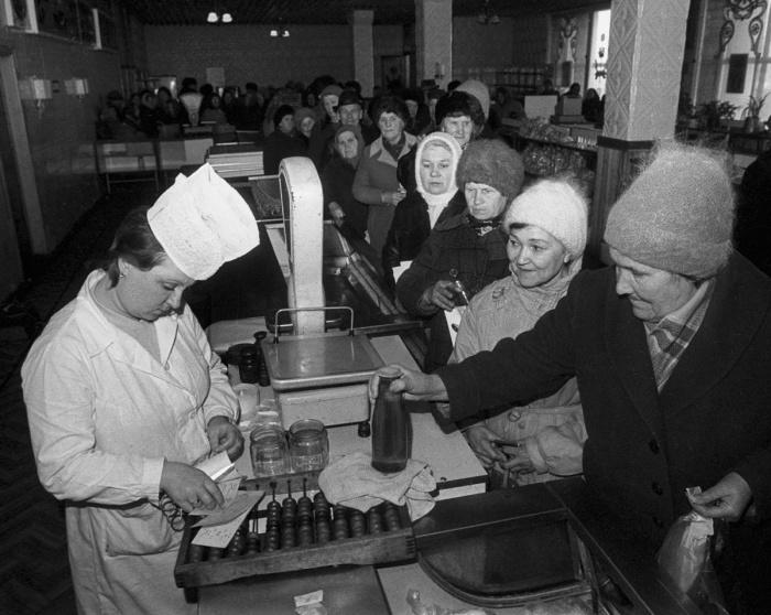 Всего несколько товаров советской промышленности на весь магазин   В наиболее о