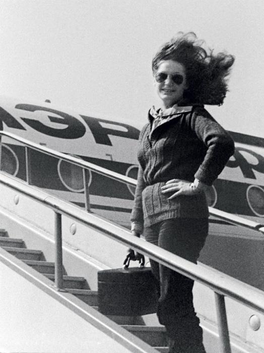 Советская эстрадная певица во время гастролей в 1970-е годы.   Советский и американский