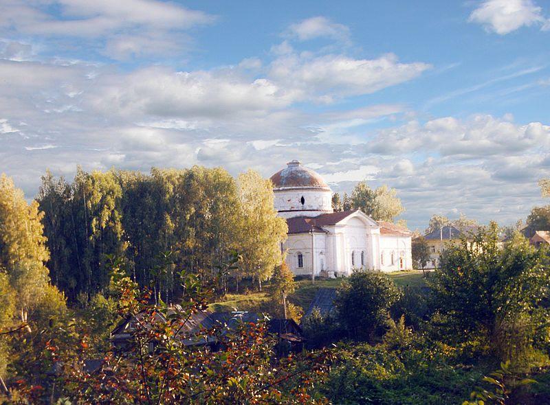 Никольский (зимний) собор и Куров-центр (справа).   Мышкин — небольшой волжский городок площадь