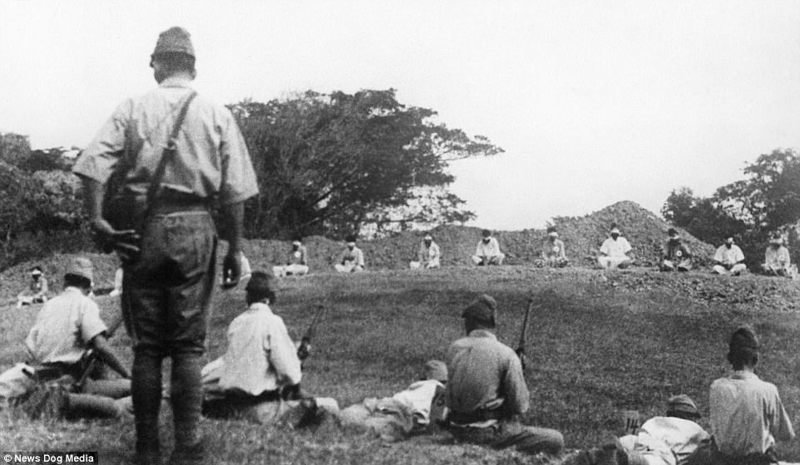 На последнем снимке японские солдаты для верности добивают мертвых штыками.