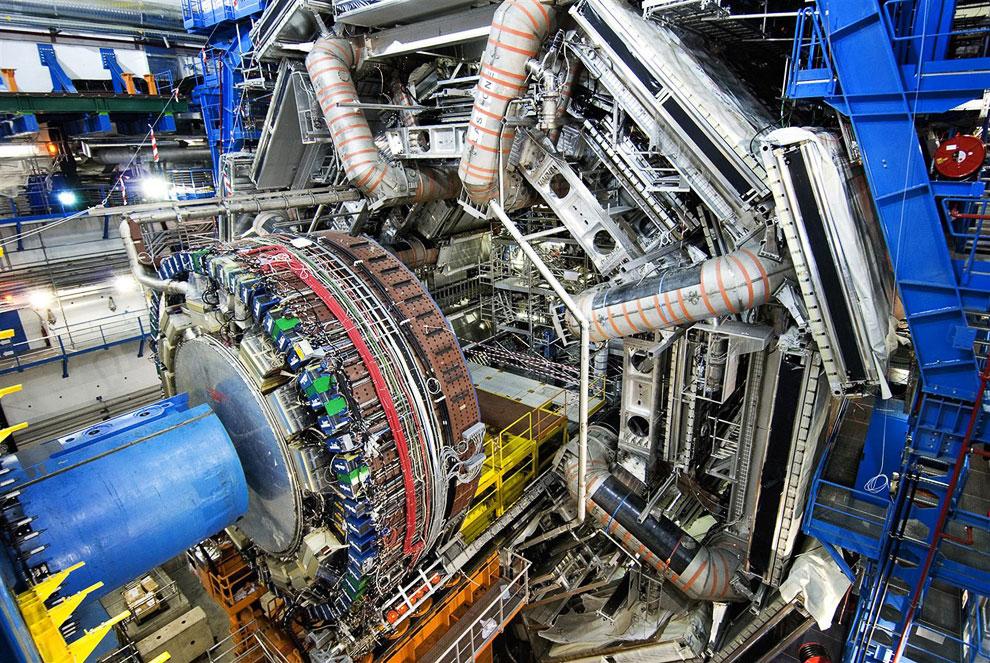 Еще одна фотография детектора элементарных частиц —  компактного мюонного соленоида ,