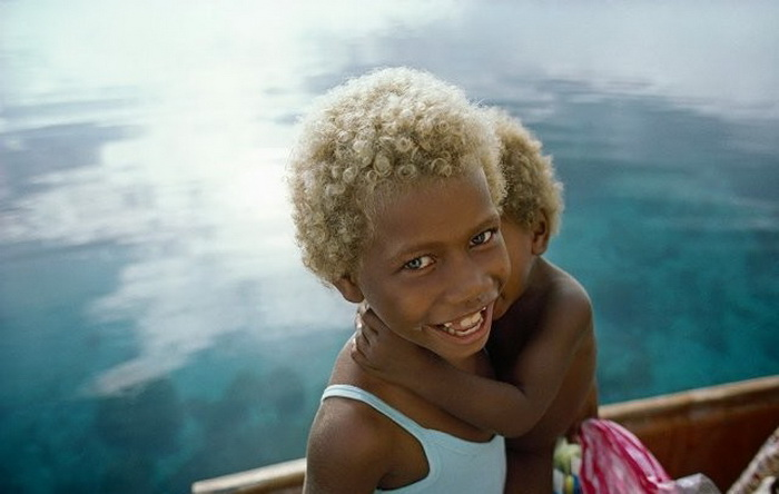 Темная кожа и светлые волосы: необычные жители Меланезии (9 фото)