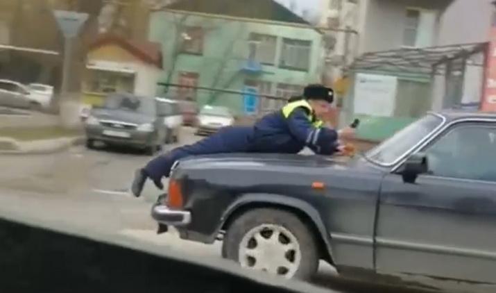 В Дагестане полицейского прокатили на капоте Волги (1 фото)