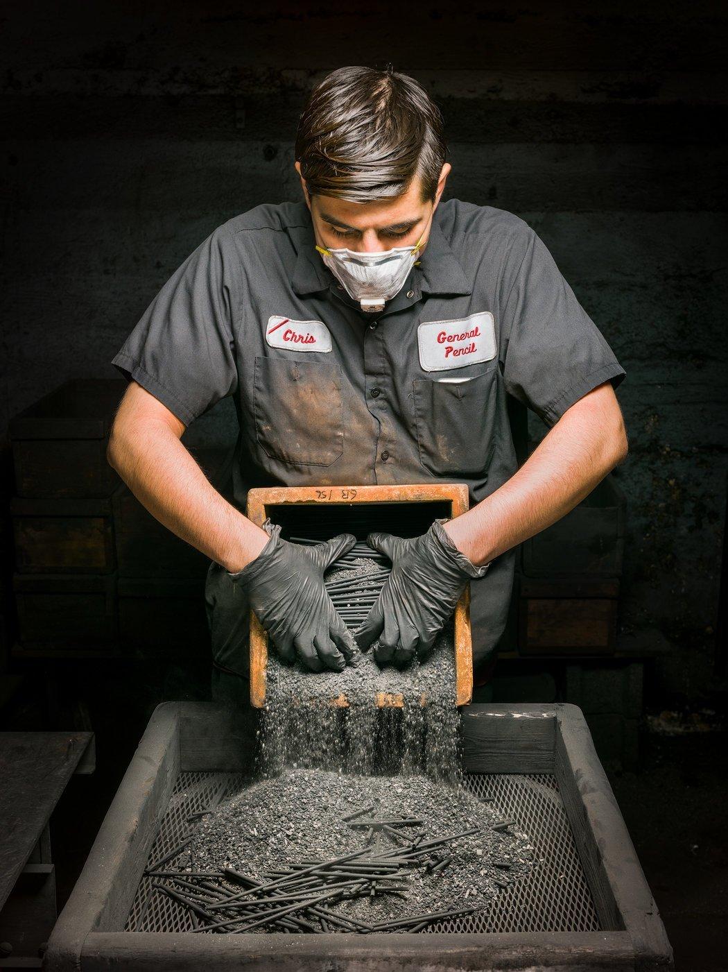 Фоторепортаж с одной из последних фабрик карандашей в США