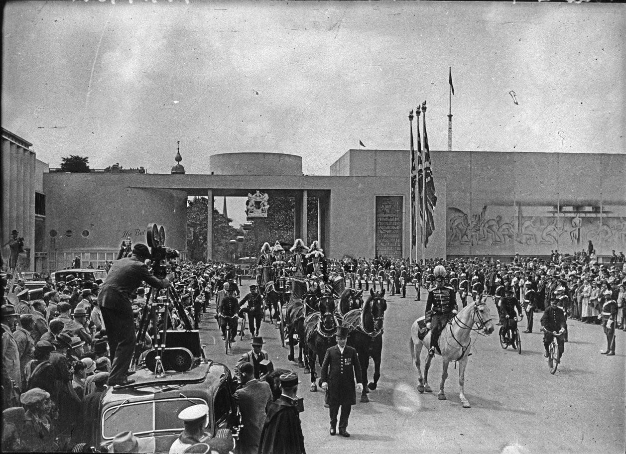 Церемония открытия павильона Великобритании. Прибытие в экипаже лорда-мэра Лондона сэра Джорджа Бродбриджа (20 июня 1937)