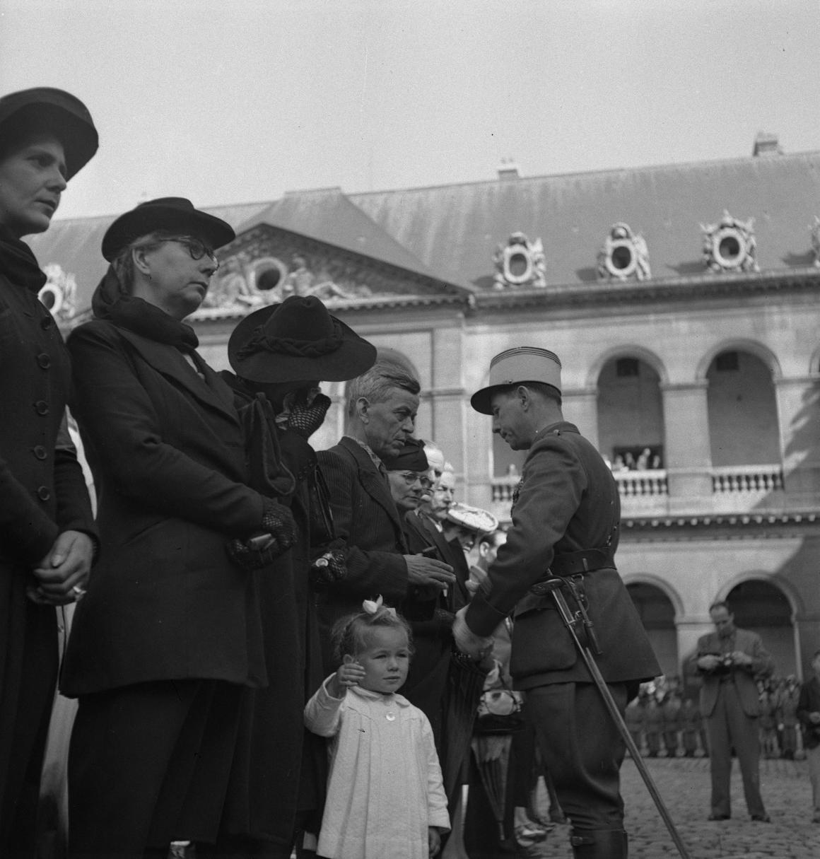 34. Капитан Дюпуи от имени маршала Петена вручает военные кресты семьям погибших легионеров