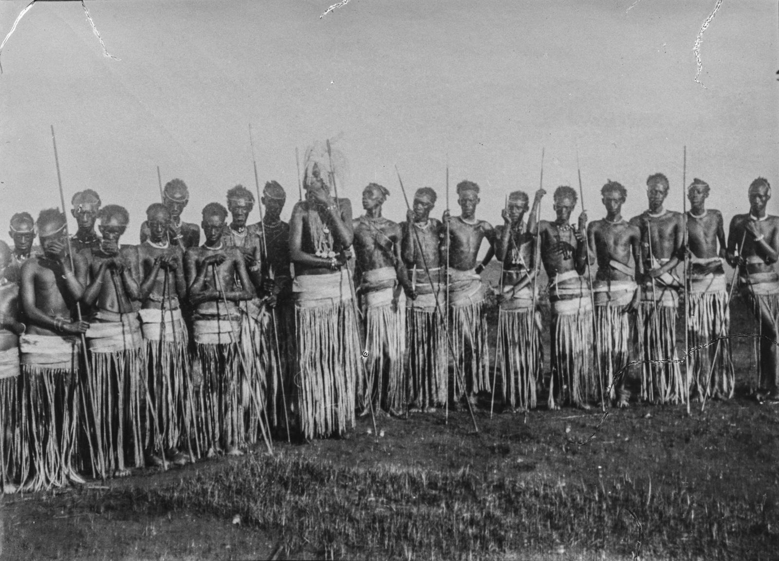 333. Король тутси Мсинга с приближенными