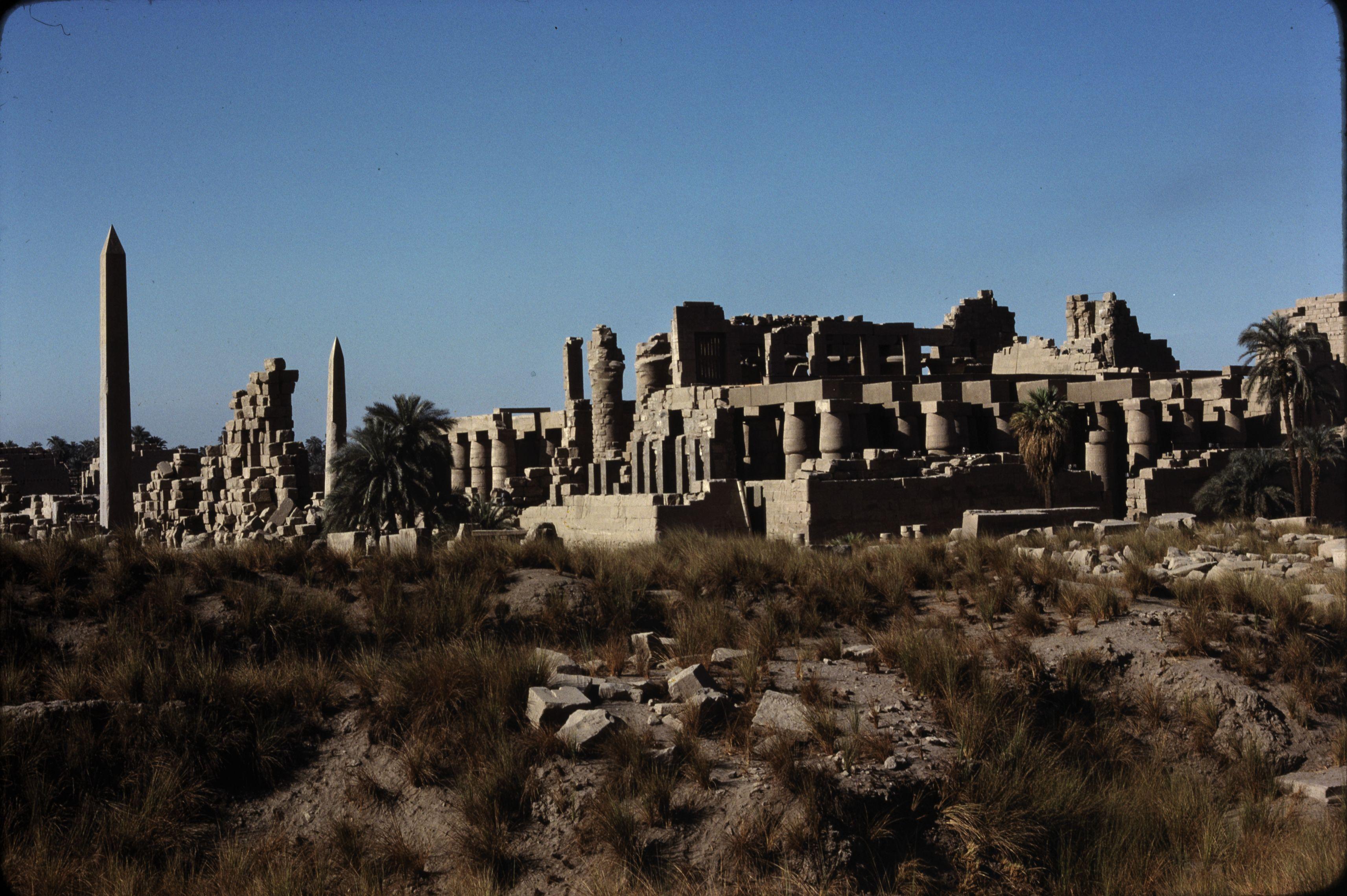 Храм Амона-Ра. Большой колонный зал с северо-востока. Обелиск Тутмоса III 23 м высотой, обелиск Хатшепсут  29,8 м.