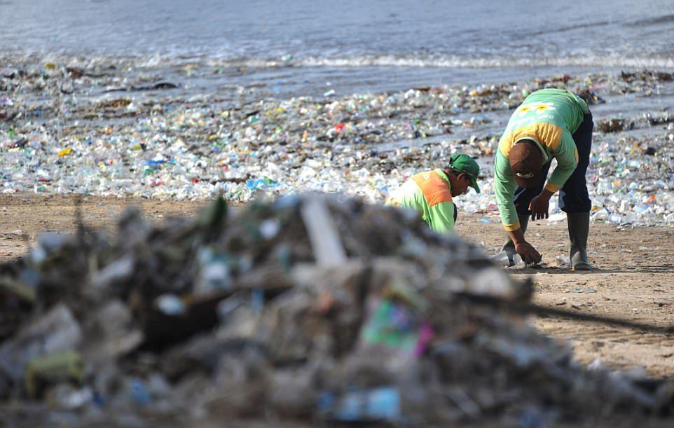Пляжи Бали исчезают под горами пластикового мусора мусора, пластиковых, Пляжи, архипелаг, загорающими, людьми, Несмотря, убирают, пляжей, ежедневно, более, валяются, 17000, островов, является, вторым, крупнейшим, донором, морского, после