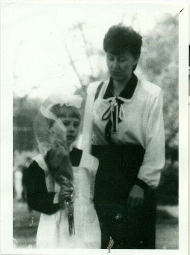 1 сентября 1995 года. Мама ведёт меня в школу
