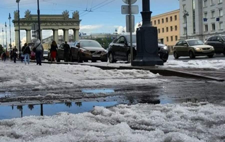 На дорогах Петербурга образовались сугробы изграда