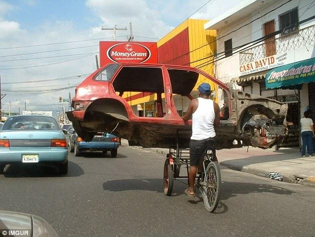 Зачем нанимать грузовик для перевозки кузова автомобиля, если с этим прекрасно справляется трехколес