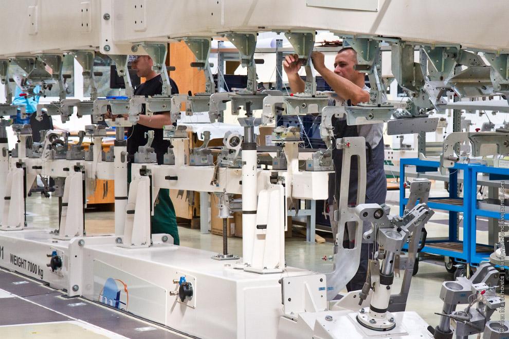 17. В этой части завода используется больше ручной труд, чем автоматический. Здесь гораздо бо