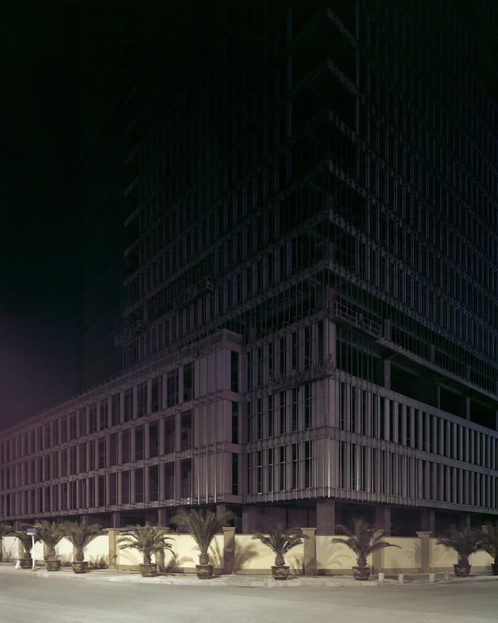 Построенные по впечатляющим проектам, концептуальные, но — пустые. Вокруг таких городов в последние