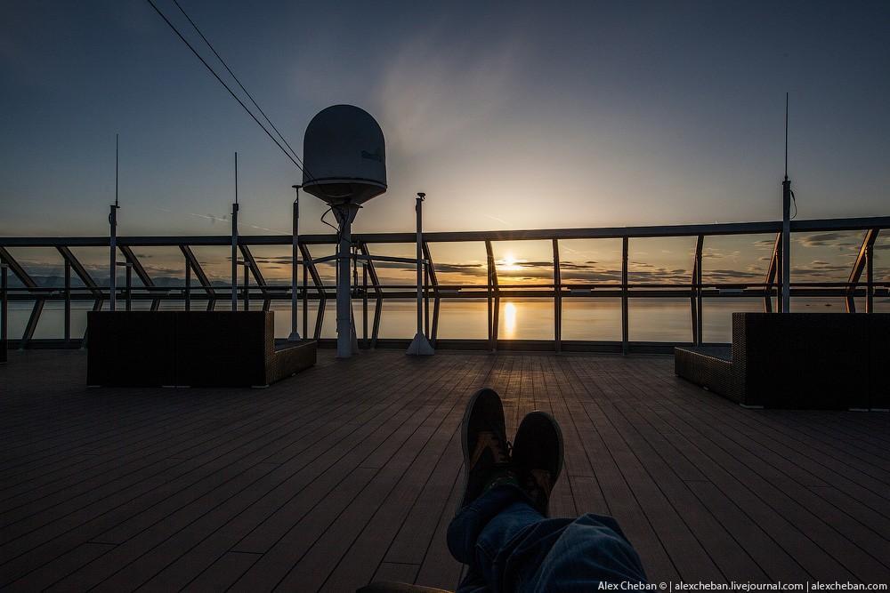 25. Да и вообще верхние палубы — самое романтичное место для встречи бесконечно долгих северных летн
