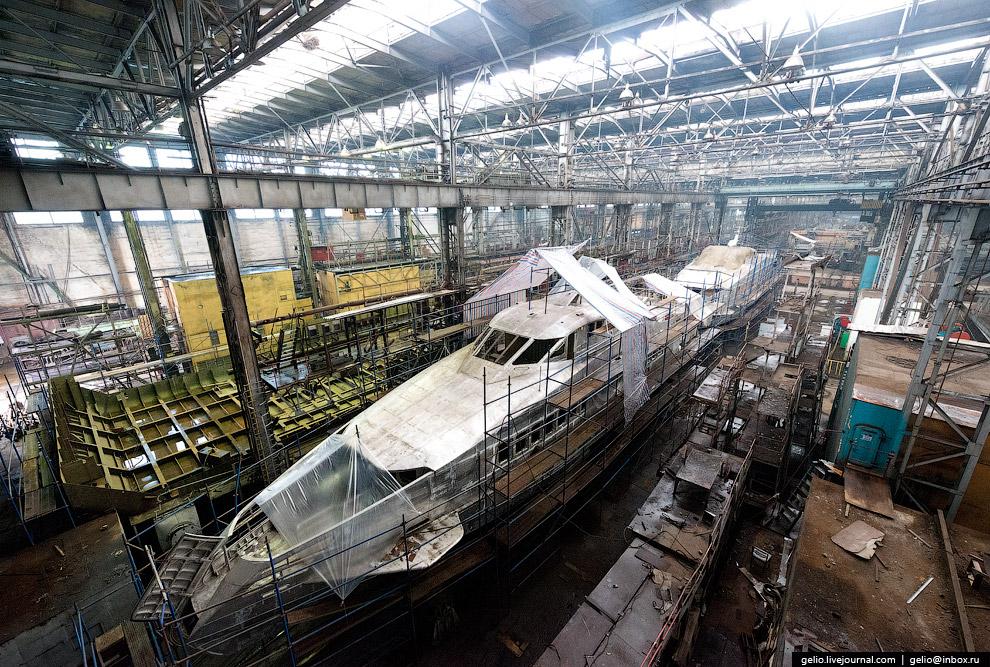 53. Технические возможности завода позволяют строить суда водоизмещением до 1500 тонн, а после завер