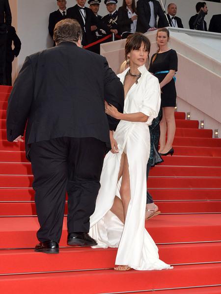 48-летняя француженка уже не в первый раз оголяется, пусть и ненароком, на публике. Кстати, не в пер