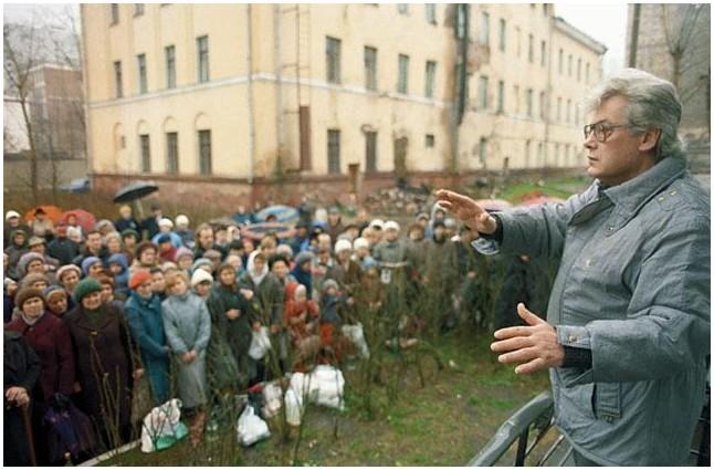Аллан Чумак проводит сеанс у своего дома, 1989 год.