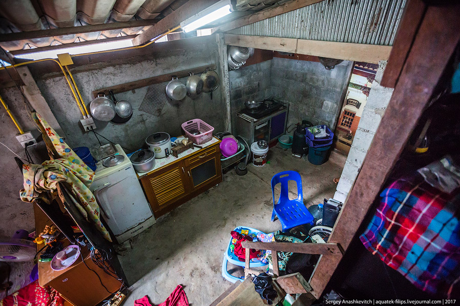 28. Кухня довольно большая, не то что в новых собянинских домах: здесь уместилась еще одна небольшая