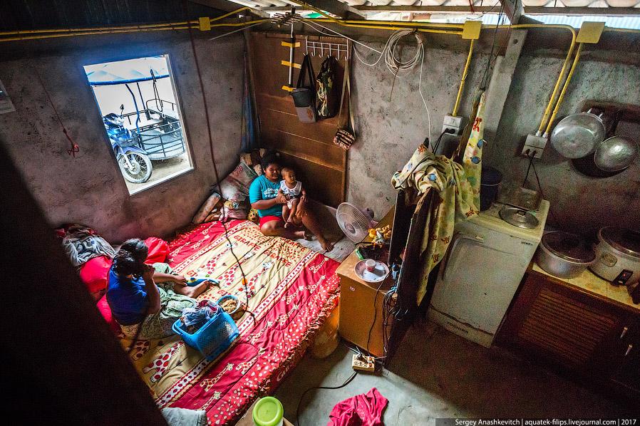 29. Гардеробная. Количество одежды подтверждает неплохой уровень достатка этой семьи.