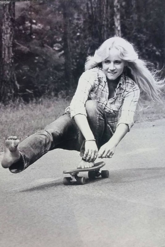 «Моя мама босиком на скейте, Калифорния, 1974 год».