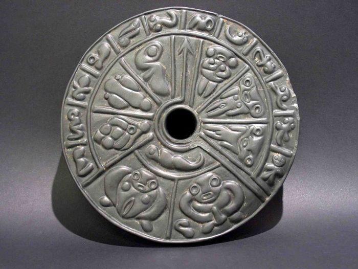 Диск выполнен из прочного камня под названием лидит. При своей исключительной прочности этот камень