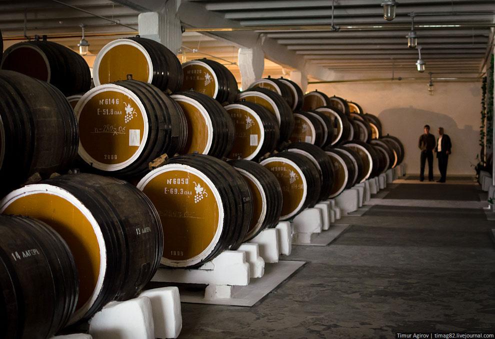 Некоторым бочкам уже больше 100 лет, а спиртам в них — больше 40. На фото я показал только четверть