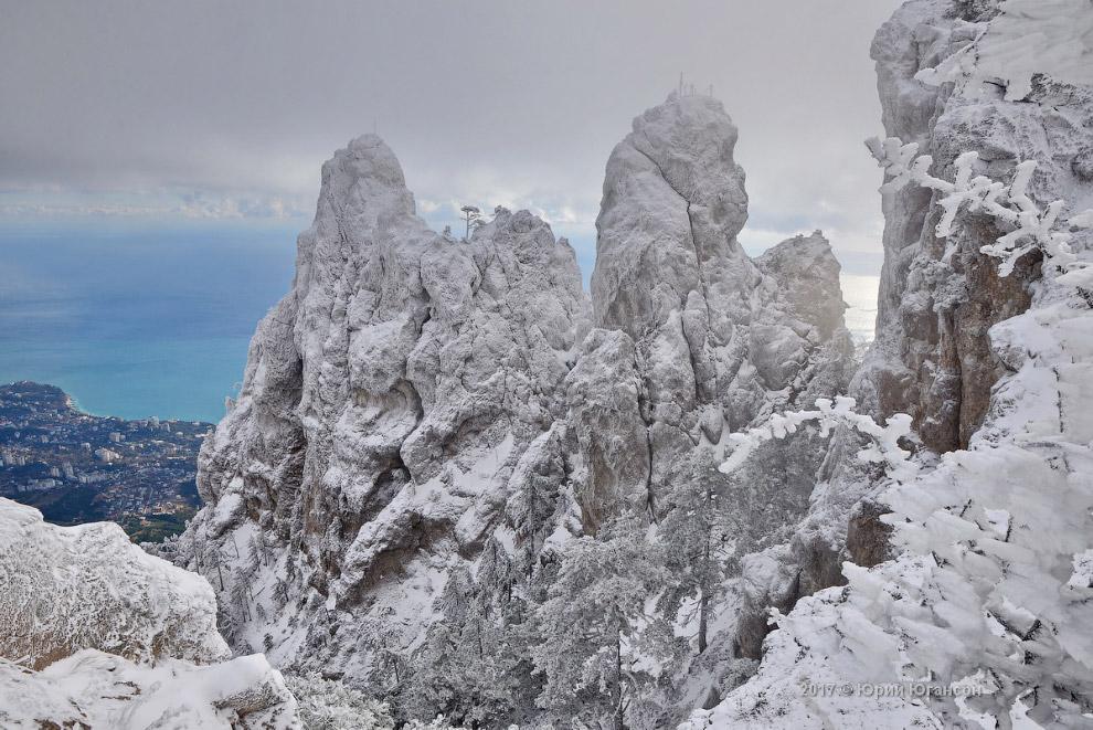 6. На вершину горы проложен ряд альпинистских маршрутов 1-5 категории трудности, в том числе через з
