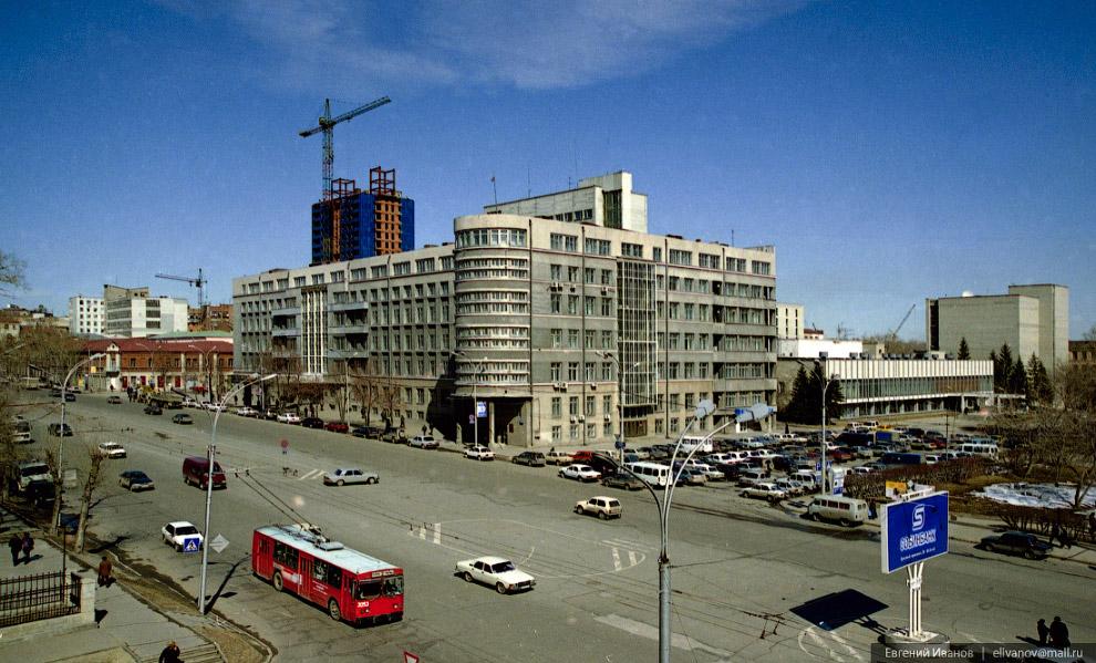 85. «Бэтмен» вырастает над администрацией Новосибирской области. Справа видно старое здание филармон