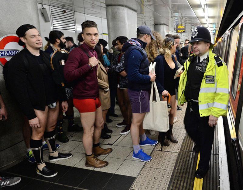 Служащие лондонской подземки бесстрастны: они привыкли ко всему.