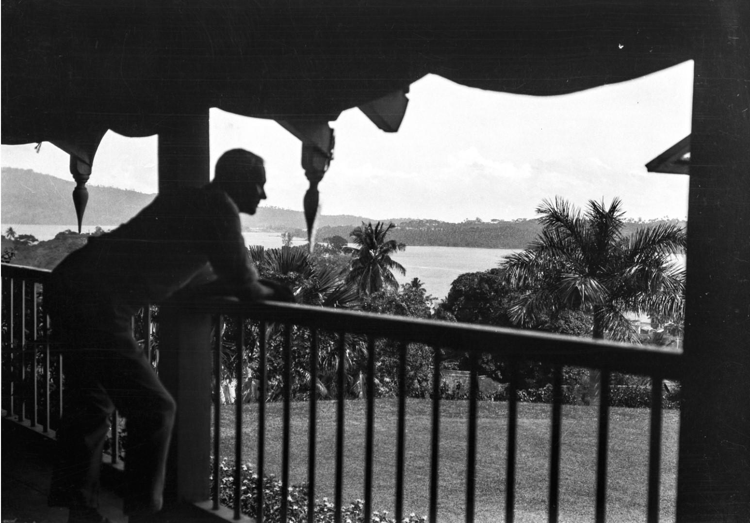 1135. Остров Вайпер. Портрет владельца плантации Альфонса Вернигга на крыльце бунгало