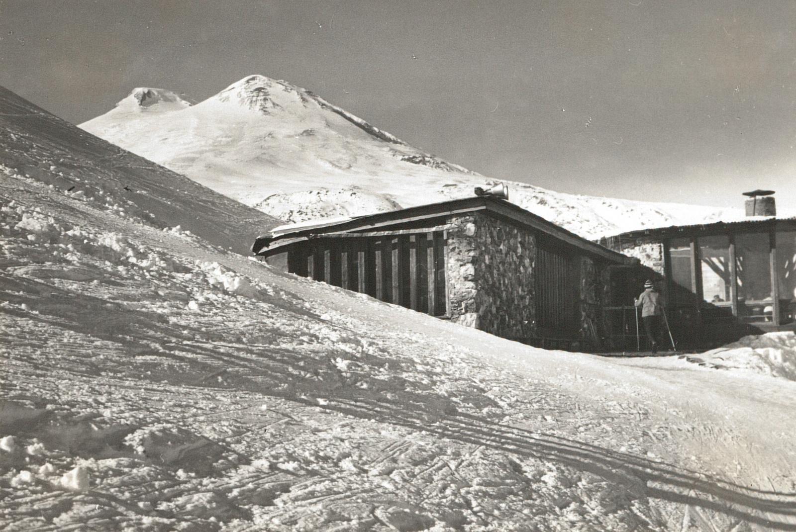 Центральный Кавказ. Лыжный склон на Чегете. Кафе на средней станции