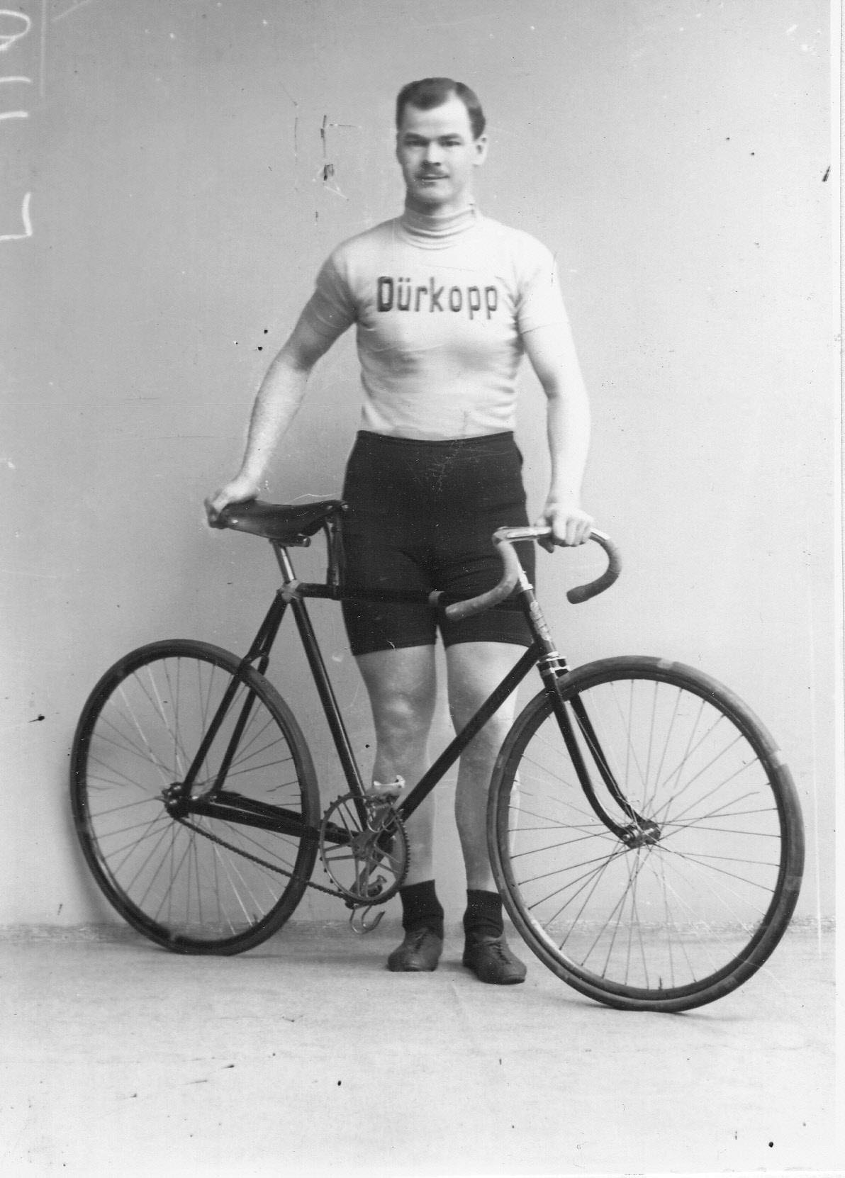 Участник велогонок, представитель фирмы Дюркопп (Германия), с велосипедом