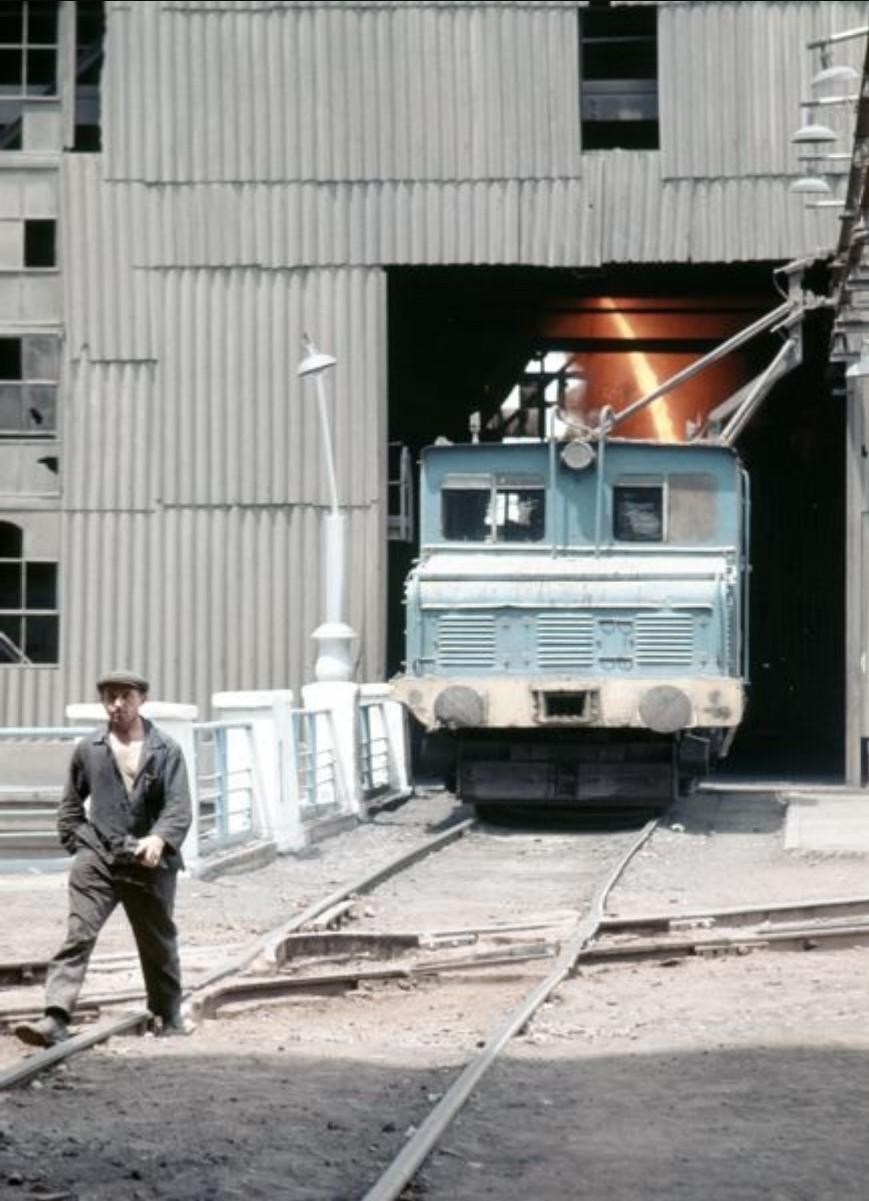 Рустави. Территория фабрики. Рабочий пересекают железнодорожные пути