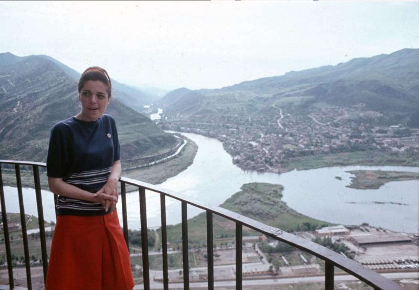 Тбилиси. Женщина на балконе