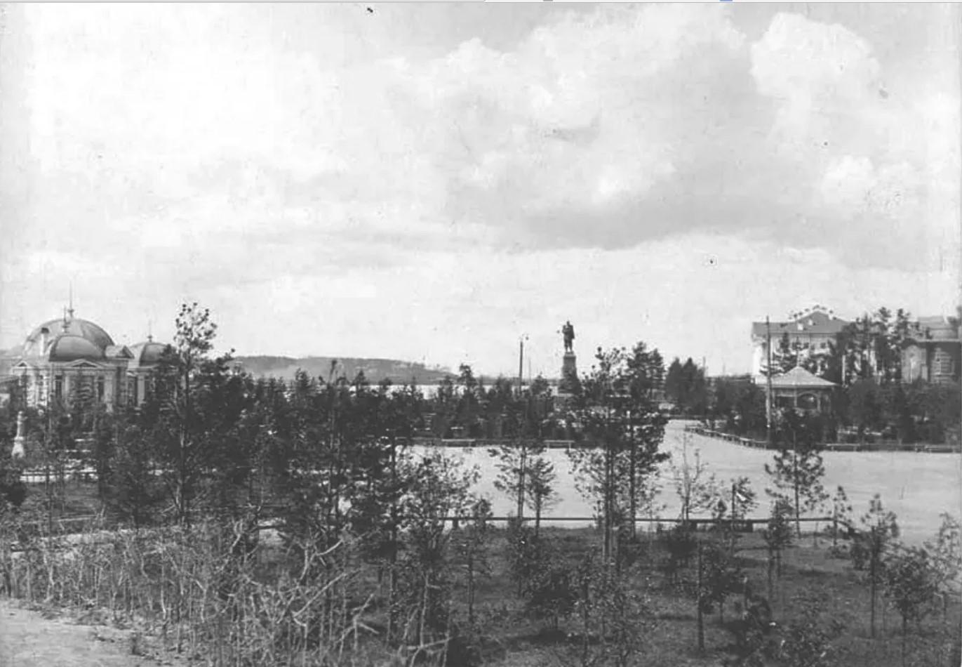 Сквер и памятник Александру III