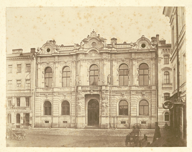 Дворец князей Юсуповых на Мойке. Фасад с парадным входом. У подъезда запряженная коляска с кучером