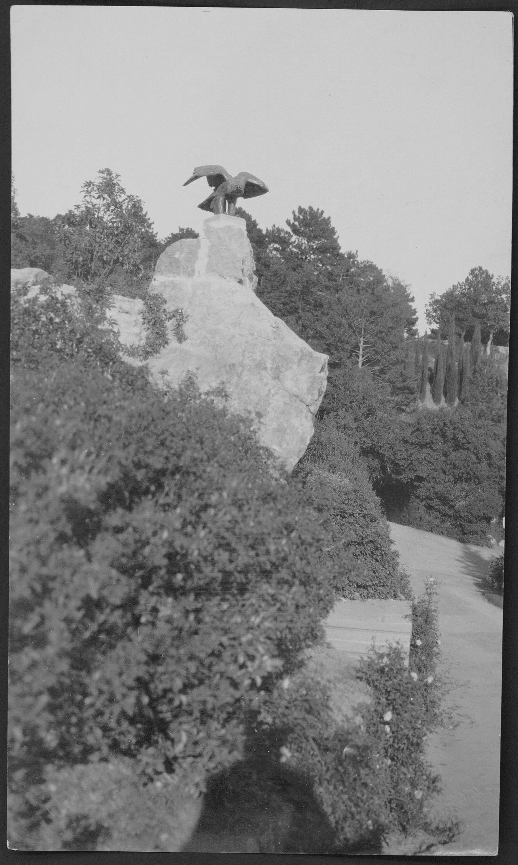 Имение князей Юсуповых в Кореизе. На возвышенном месте в северной части парка скульптура орла на камне