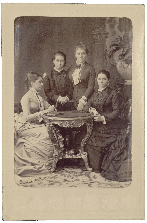 Княжны Татьяна (третья справа) и Зинаида (крайняя справа) Юсуповы с неизвестными. 1870-е