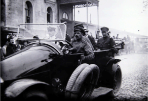 А. Ф. Керенский в автомобиле объезжает военные школы. Москва. 1917