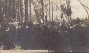 Опускание гроба в могилу при коленопреклонении. 19 ноября 1917.