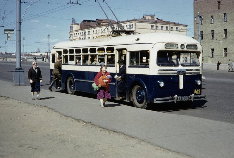 1959 Остановка 25 троллейбуса Балчуг. Harrison Forman.jpg