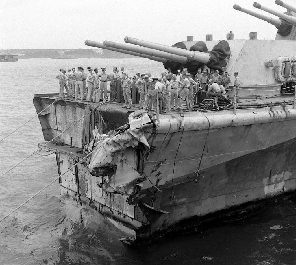 The USS Pittsburgh (CA-72) lost his bow after facing a typhoon June 4, 1945 - Carl Mydans - LIFE