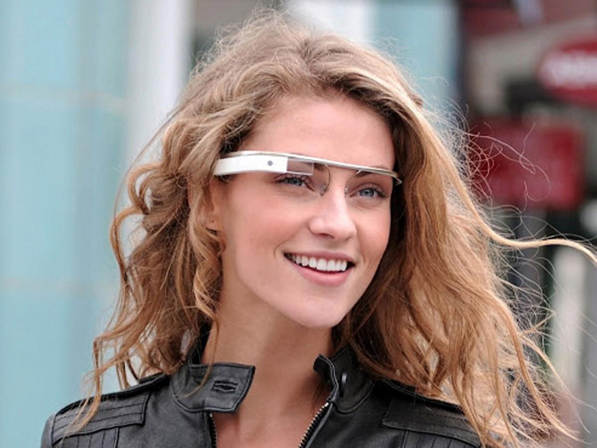 6. Google Glass не очень похожи на очки Эммета Брауна в фильме У Дока Брауна, вероятно, смартфона в