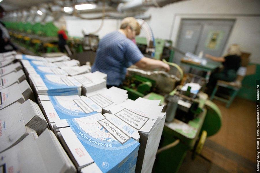 На фото идет заправка бумаги для гильз. В эту же машину поступает папиросная бумага и табак: